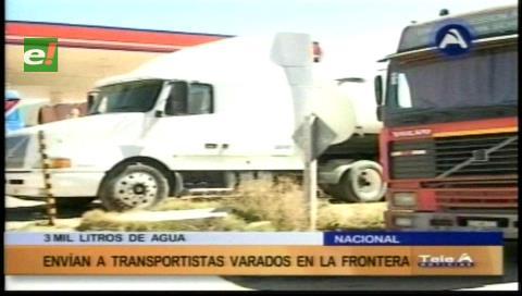 Envían agua para transportistas bolivianos en la frontera con Chile
