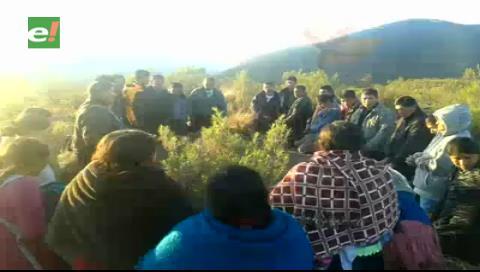 Comunarios y niños de Tarvita suben a un cerro para pedir a Dios que les mande agua