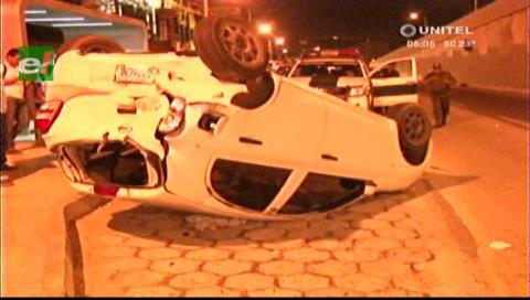 Vehículo vuelca tras ser impactado por otro motorizado en la avenida Cristo Redentor