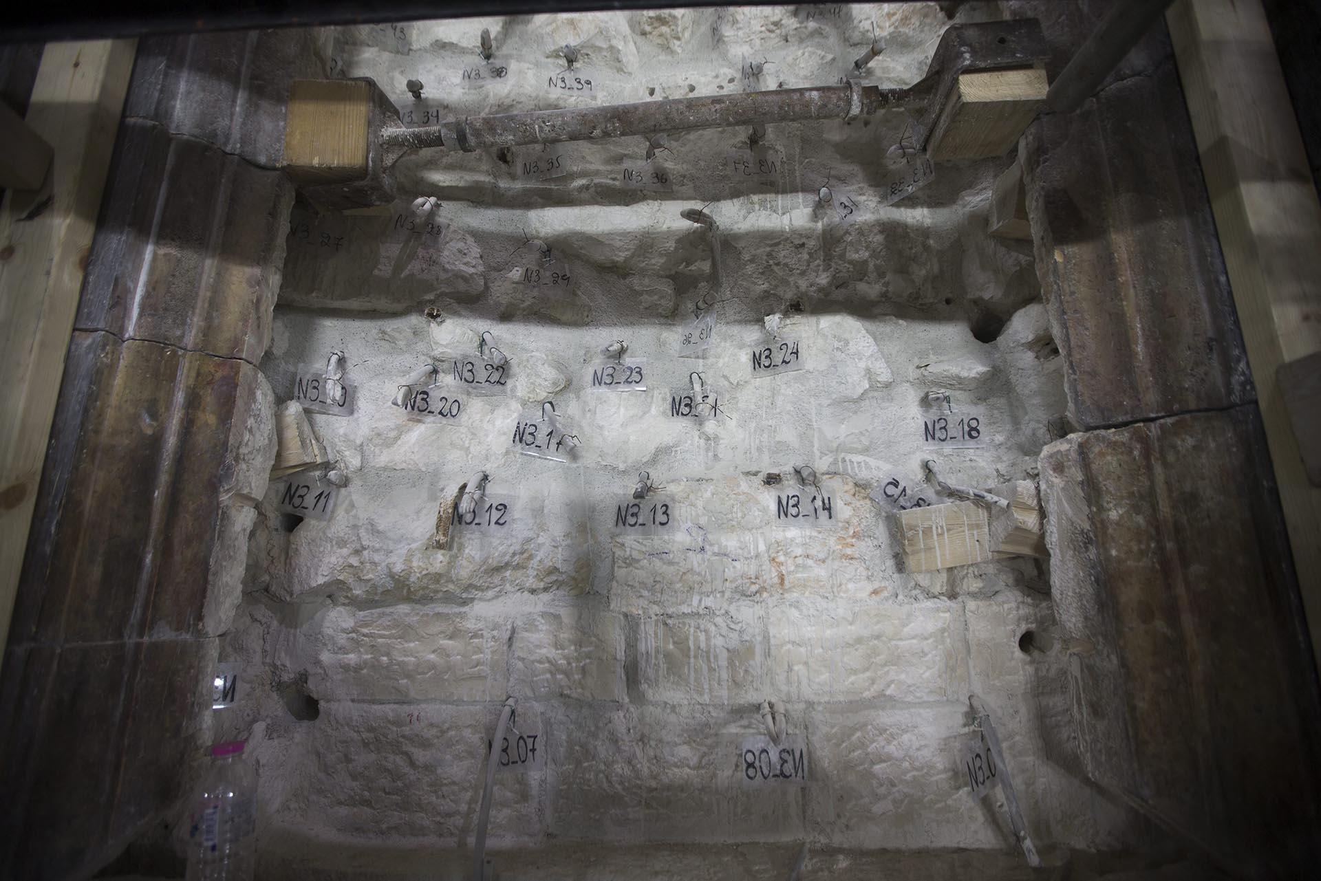 JES19 JERUSALÉN (ISRAEL) 24/11/2016.- Vista de las restauraciones de la tumba de Jesucristo en la Iglesia de la Santa Sepultura en Jerusalén, Israel, hoy, 24 de noviembre de 2016. Una larga operación comenzó en octubre como parte de los trabajos de conservación, de la que se cree que pudo haber sido la tumba de Jesucristo. EFE/Atef Safadi