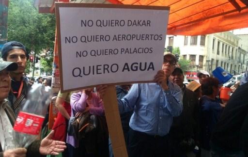 vecinos-de-la-paz-protestan-con-baldes-vacios-y-se-declaran-en-emergencia-por-la-escasez-de-agua-_372740