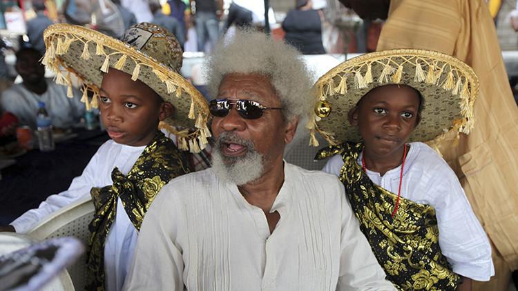 Wole Soyinka (en el centro) durante el Eyo Festival en Lagos, Nigeria, el 26 de noviembre de 2011.