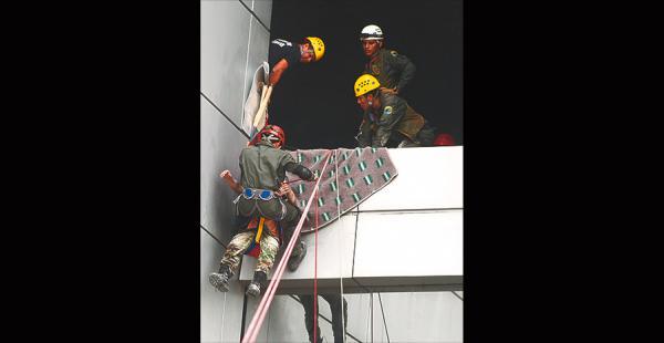 Hubo rescate de personas atrapadas en edificios en altura mediante el uso de cuerdas