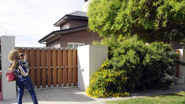 La casa donde reside Cristina Kirchner, propiedad de Los Sauces SA sospechada por lavado de activos. Foto Opi Santa Cruz.