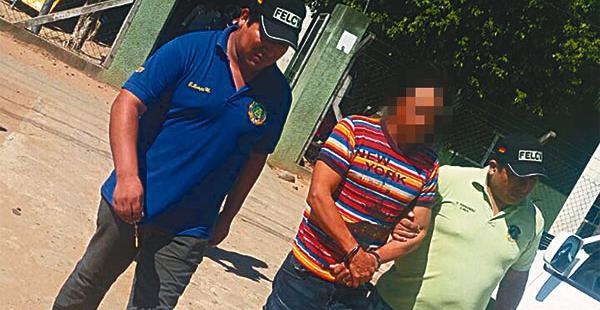 El hombre cuando era llevado por los policías ante un juez cautelar