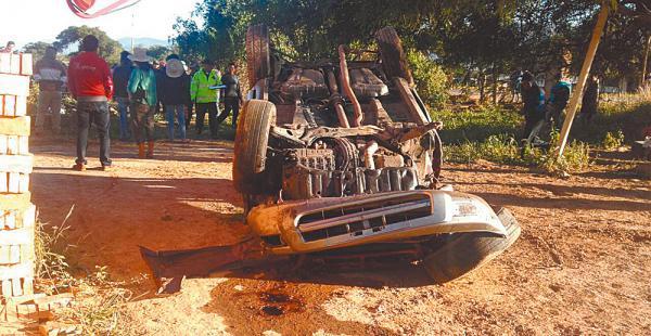 Así quedó el motorizado que circulaba por la carretera cerca de Samaipata y murió su conductor