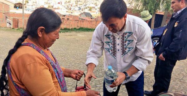 Quintana repartió ayer agua en botella a barrios de la zonas sur