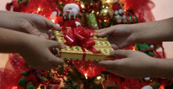 Jornada de regalos para niños de un hogar