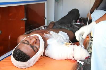 Un soldado yemení gravemente herido es atendido tras el atentado terrorista en un cuartel militar. Foto: AFP / Saleh Al-Obeidi.