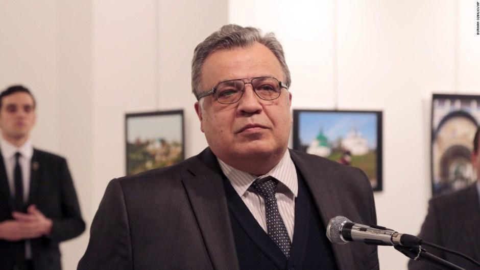 Andrey Karlov, el embajador de Rusia en Turquía, daba un discurso en la ceremonia de lanzamiento de una exposición fotográfica en Ankara, durante el pasado lunes 19 de noviembre. Momentos después recibió varios disparos que acabaron con su vida. El fotógrafo de la agencia Associated Press, Burhan Ozbilic, estaba en el evento y logró capturar con su cámara el desarrollo del asesinato.
