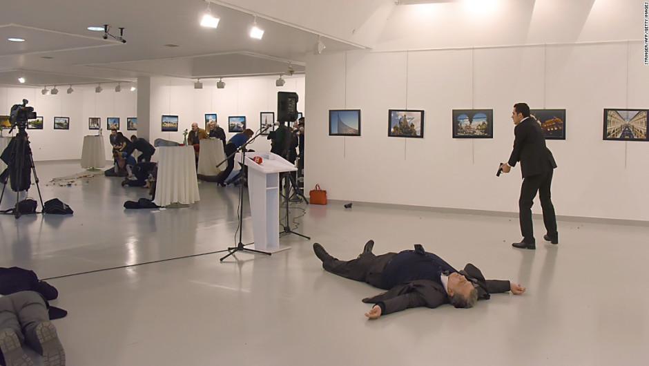 El cuerpo de Karlov permanece en el suelo, mientras el atacante sigue cerca.