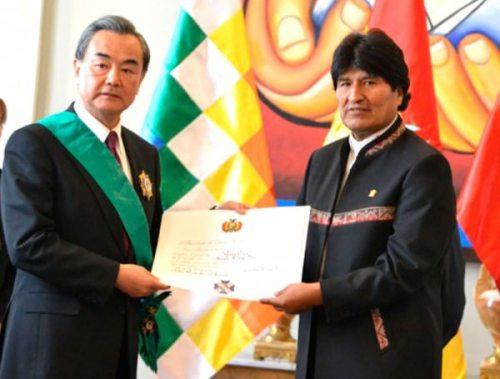 PRESIDENTE EVO MORALES CONDECORA AL CANCILLER DE CHINA, WANG YI, EN UNA RECIENTE VISITA A BOLIVIA.