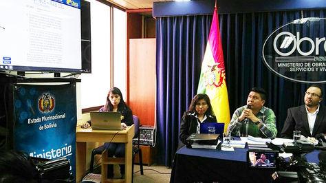 Lenny Cáceres y el director de Transporte Aéreo de la DGAC, Andy Rocabado, durante la presentación del informe final del caso LaMia