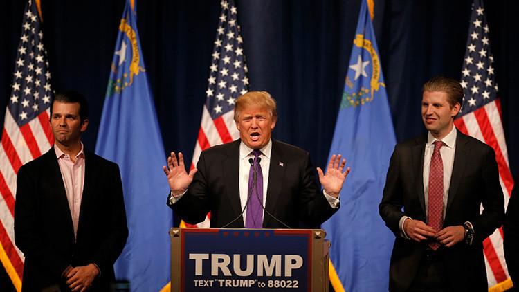 El presidente electo de EE.UU., Donald Trump, junto con sus hijos, Donald Trump Junior y Eric Trump