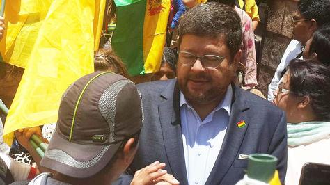 Doria Medina junto a un simpatizante en Sucre en inmediaciones del Tribunal Supremo de Justicia