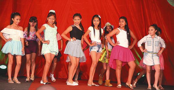 Desfile mostró las tendencias en vestir para niños y jóvenes y ayudó a una causa social