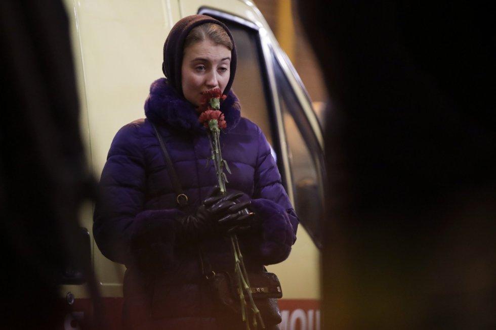 Los restos del avión han sido encontrados a 1,5 kilómetros de la costa del mar Negro en región de Sochi. En la imagen, una mujer rinde un homenaje a las víctimas del avión ruso en Moscú, el 25 de diciembre de 2016.