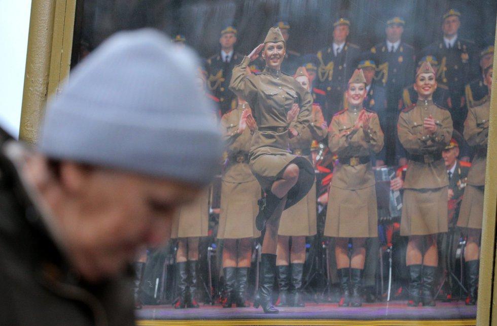 Una mujer pasa cerca de una placa conmemoratica en la sede del coro militar Alexándrov del Ejército ruso en Moscú, el 25 de diciembre de 2016.