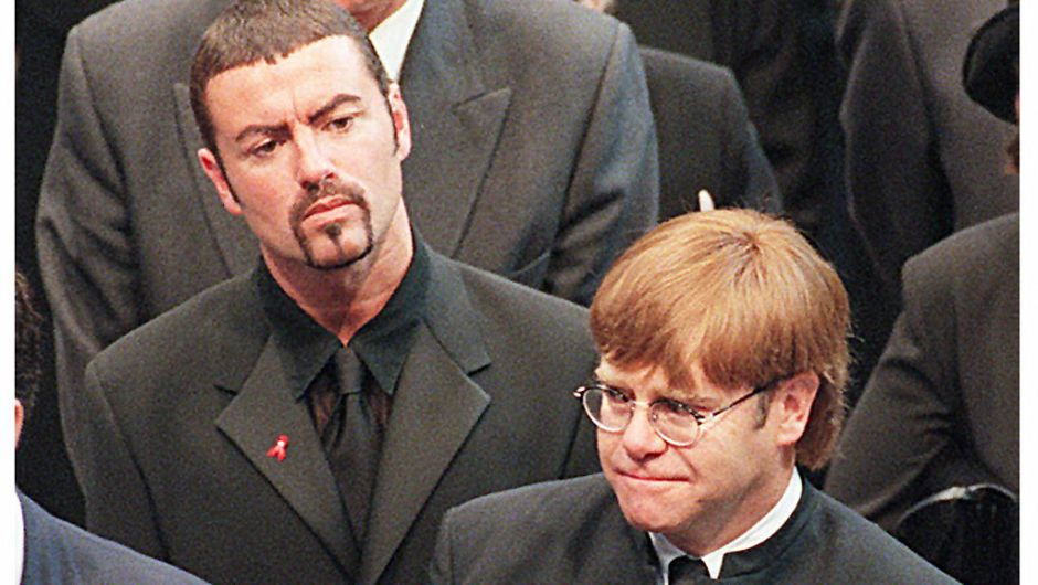 George Michael y Elton John en el funeral de la princesa Diana en septiembre de 1997.  (JOHNNY EGGITT/AFP/Getty Images)