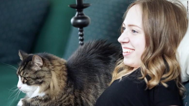 Prancer, el gato Maine Coon de Jasmin, la hace sonreír.