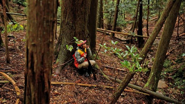 La cazadora Chiaki Kodama sopla su silbato llamador de ciervos en Oi, prefectura de Fukui