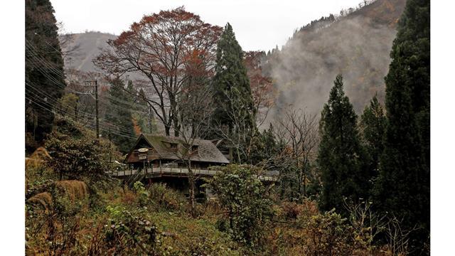 La niebla matutina se levanta en un coto de caza en Hakusan, prefectura de Ishikawa