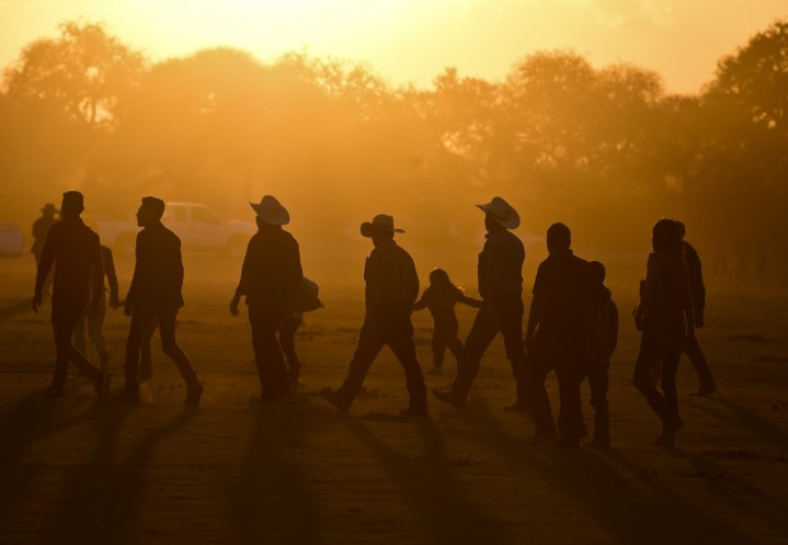 Las personas se acercan a la fiesta (AFP)