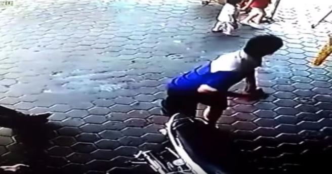 Parece que algo alerta al padre, que deja de arreglar la moto para mirar hacia la posición en la que se encuentran sus hijos