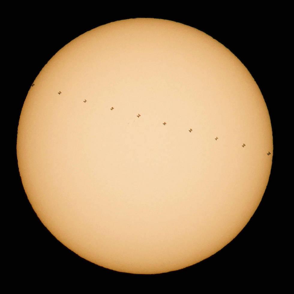 La Estación Espacial Internacional durante su paso frente al sol (NASA/Joel Kowsky)