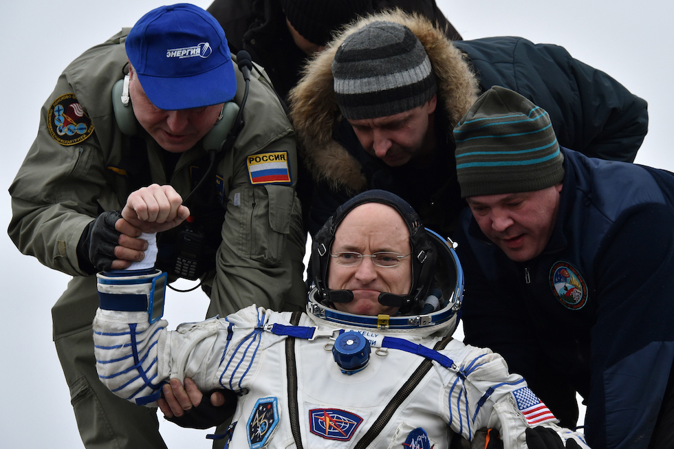 El astronauta estadounidense Scott Kelly en su regreso al planeta Tierra el 2 de marzo, tras pasar 340 días sobre la Estación Espacial Internacional (Krill Kudryavtsev/Pool Photo via AP)
