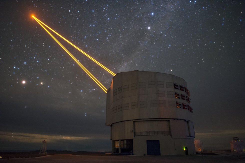 Una imagen del VLT (Very Large Telescope) de ESO (European Organisation for Astronomical Research in the Southern Hemisphere) y sus cuatro potentes láseres en Paranal, Chile (ESO)