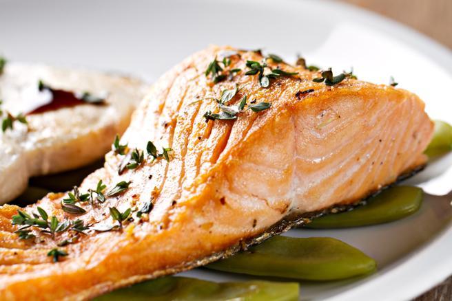 El pescado azul como el salmón es especialmente rico en ácidos grasos omega-3