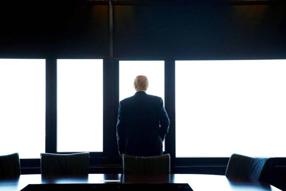 Donald Trump observa el lago Michigan durante una visita al Memorial de Guerra en Milwaukee, en agosto de 2016 (Reuters)