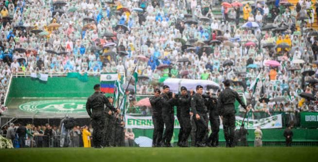 La tragedia del Chapecoense golpeó con dureza al mundo del fútbol (EFE)