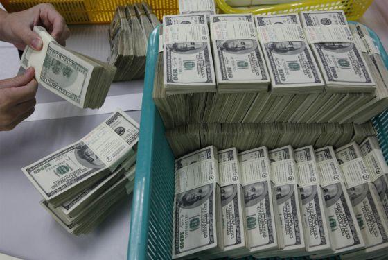 Fajos de billetes de dólares.