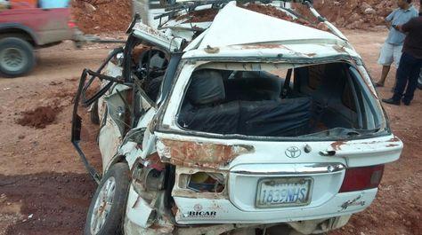Un minivan fue aplastado por un promontorio de tierra provocado por las intensas lluvias en el tramo Entre Ríos-Villa Montes. Foto, Jorge Montellano.