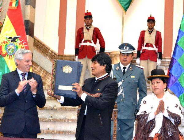 EL PRESIDENTE EVO MORALES ENTREGA LOS PROYECTOS DE LEY PARA EL CAMBIO DEL SISTEMA JUDICIAL. OCURRIÓ AYER, EN EL HALL DE PALACIO QUEMADO.