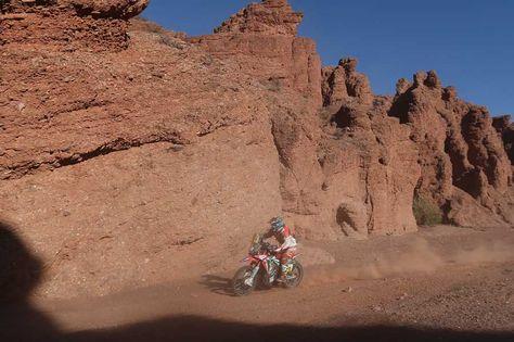 El español Joan Barreda Bort conduce su motocicleta Honda, durante la tercera etapa del Rally Dakar 2017.