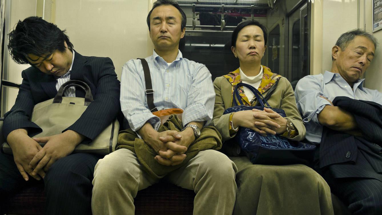 Foto: Pasajeros del suburbano atacados por el demonio del sueño japonés. (iStock)