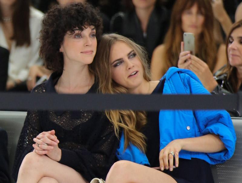 Cara Delevingne, en una imagen cuando salía con Annie Clark (St Vincent) en un desfile de Chanel en 2015.