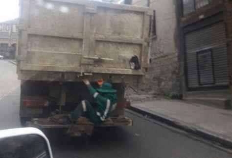 Un trabajador viaja en la parte baja de un camión arriesgando la vida