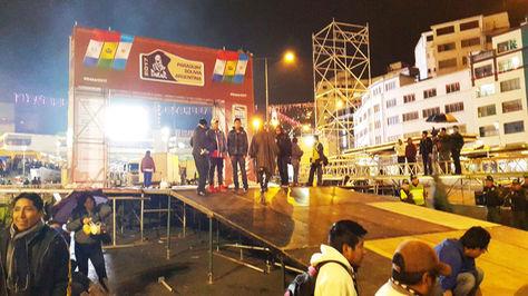 Rampa instalada en inmediaciones de la Plaza San Francisco, la noche del viernes en La Paz, para recibir a los competidores del Dakar.