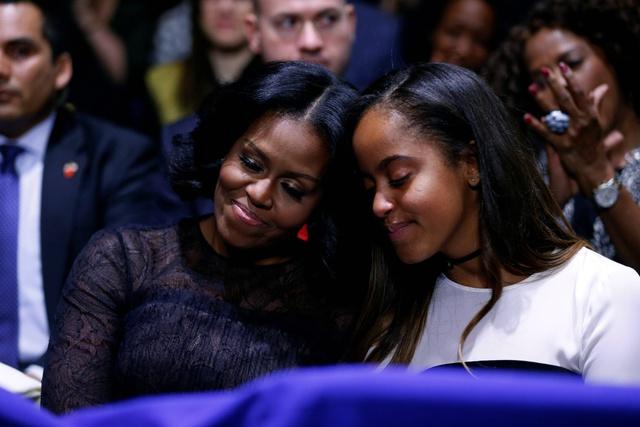 Michelle y Malia, manteniendo el tipo entre el público.
