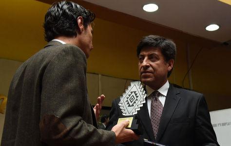 El escritor boliviano Gonzalo Lema en medio de una premiación otorgada por el Ministerio de Cultura.
