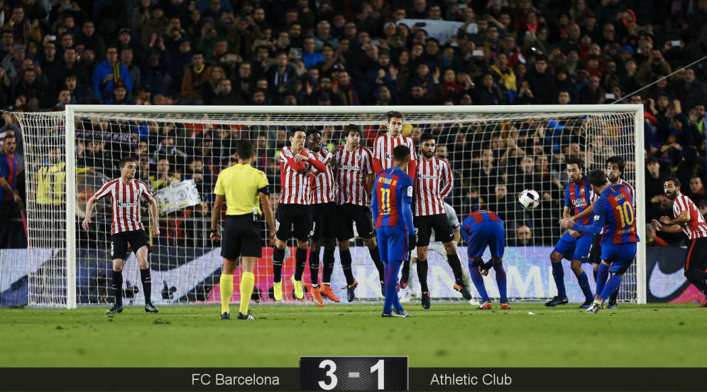 Foto: Messi, en el momento de lanzar la falta en la que llegó el 3-1 para el Barça. (EFE)