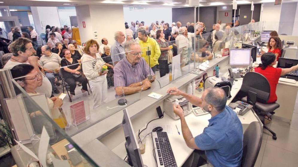 Foto: Una sucursal bancaria colapsada de clientes.