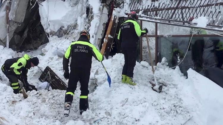 Hallan 8 sobrevivientes bajo los escombros del hotel cubierto por el alud en Italia