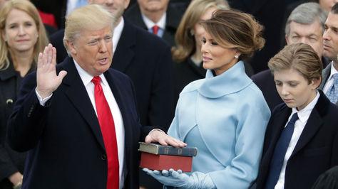 El momento en que Donald Trump juró como presidente de EEUU. Foto: AFP