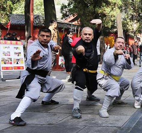 El canciller Fernando Huanacuni (izq), participó de un intercambio de la cultura Shaolin y la cultura china tradicional con la región sudamericana. Foto: Asociación Internacional Shaolin Chan en Sudamérica