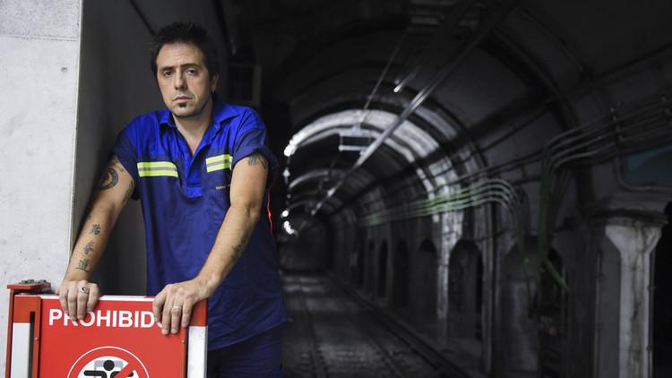 El reconocido escritor argentino que limpia las estaciones del metro de Buenos Aires
